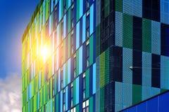 Зеленоголубой стеклянный коммерчески фасад с солнечным светом стоковое изображение rf