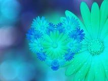 Зеленоголубые цветки, на предпосылке запачканной сине-бирюзой closeup Яркий флористический состав, карточка на праздник коллаж бесплатная иллюстрация