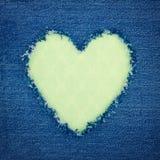 Зеленое винтажное сердце на голубой ткани джинсовой ткани Стоковое фото RF
