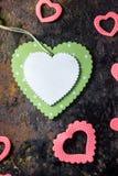 Зеленое деревянное сердце и розовые сердца Валентайн сердец красное s золота дня предпосылки Стоковая Фотография RF