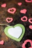 Зеленое деревянное сердце и розовые сердца Валентайн сердец красное s золота дня предпосылки Стоковое Изображение