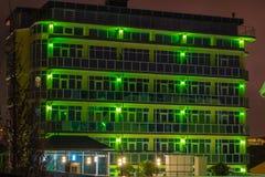 Зеленое здание nighttime Стоковая Фотография