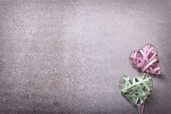 2 зеленое и розовые декоративные сердца на сером backgroun шифера Стоковые Изображения RF