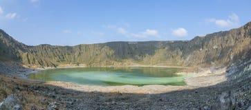 Зеленое кислотное серное озеро в кратере вулкана стоковое изображение rf