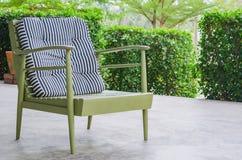 Зеленое кресло в кафе Стоковое фото RF
