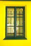 Зеленое классическое окно и желтая простая стена стоковая фотография rf