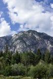 Зеленое небо горы леса с облаками Стоковое Фото