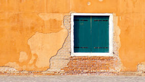 Зеленое окно на желтом цвете и здании кирпичной стены стоковое изображение rf