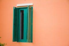 Зеленое окно открыто. стоковая фотография