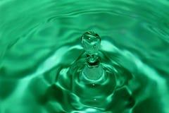 Зеленое падение воды с волнами на поверхности третье Стоковые Изображения