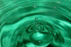 Зеленое падение воды с волнами на поверхности Стоковое Фото