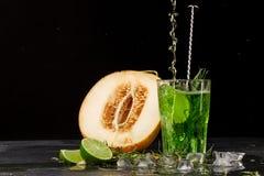 Зеленое питье с известкой и астрагоном Коктеиль и дыня на черной предпосылке Здоровые, сладостные и вкусные пить скопируйте космо Стоковые Фотографии RF