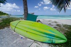 Зеленое пластичное засыхание каное на пляже Cocobay Стоковые Фотографии RF