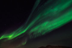 Зеленое северное сияние и небо starlight над городом Nuuk, зеленым Стоковые Фотографии RF