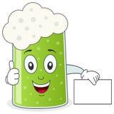 Зеленое стекло пива держа знак Стоковая Фотография RF