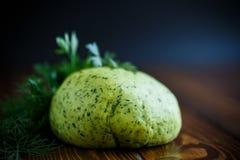 Зеленое тесто с укропом и петрушкой стоковые фото