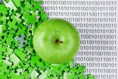 Зеленое яблоко и головоломки на бинарном коде Стоковое Изображение