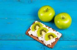2 зеленое яблоко и здоровый сандвич зерна с кусками плавленого сыра и кивиа Полезная домодельная еда вегетарианца завтрака Стоковые Изображения RF