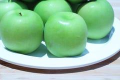 Зеленое яблоко и половина с яблоком семян зеленым Стоковое Изображение RF