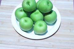Зеленое яблоко и половина с яблоком семян зеленым Стоковые Изображения RF