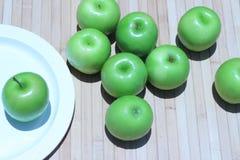 Зеленое яблоко и половина с яблоком семян зеленым Стоковые Фотографии RF