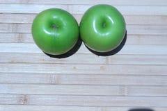 Зеленое яблоко и половина с яблоком семян зеленым Стоковое фото RF
