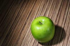 Зеленое яблоко на деревянной деревенской таблице Стоковая Фотография RF