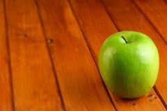 Зеленое яблоко на деревянной деревенской таблице Стоковое фото RF