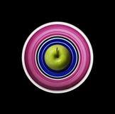 Зеленое Яблоко на круглой плите Стоковые Изображения RF