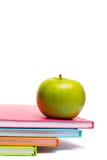 Зеленое яблоко на тетрадях Стоковая Фотография RF