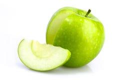 Зеленое яблоко с отрезком и куском Стоковые Фотографии RF