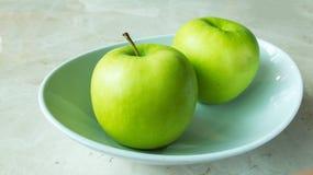 2 зеленое Яблоко с тенью на белом шаре Стоковая Фотография RF