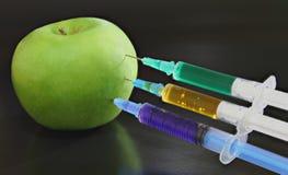 Зеленое яблоко с шприцами Стоковые Фото