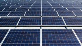 Зеленое energie от панелей солнечных батарей стоковые фотографии rf