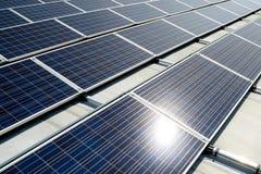 Зеленое energie от панелей солнечных батарей стоковое фото