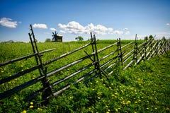 Зеленое lanscape с одной старой ветрянкой Стоковые Фото