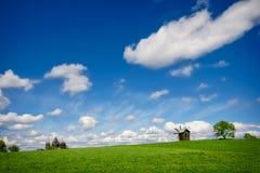 Зеленое lanscape с одной старой ветрянкой Стоковые Фотографии RF