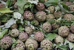 Зеленые артишоки для продажи на vegetable рынке 2 Стоковые Фотографии RF