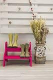 Зеленые ботинки в лестнице шагов фуксии и вазе с высушенной подачей Стоковые Изображения