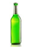 Зеленые бутылки пива на белой предпосылке Стоковые Фотографии RF
