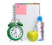 Зеленые будильник, яблоко и бутылка воды Стоковые Изображения