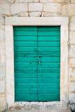 Зеленые двери Деревянная текстура Старая затрапезная, облученная краска Стоковая Фотография RF