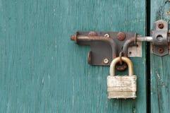 Зеленые дверь и замок Стоковые Фото