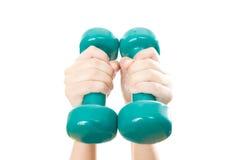 Зеленые гантели в женских руках Стоковая Фотография RF