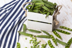 Зеленые горохи в деревянной коробке Стоковое Изображение