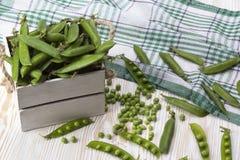 Зеленые горохи в деревянной коробке Стоковая Фотография