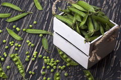 Зеленые горохи в деревянной коробке Стоковое фото RF
