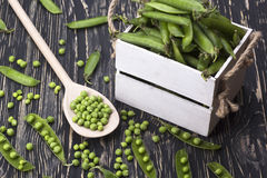 Зеленые горохи в деревянной коробке Стоковые Изображения RF