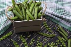 Зеленые горохи в деревянной коробке Стоковое Изображение RF