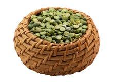 Зеленые горохи в корзине Стоковые Изображения RF